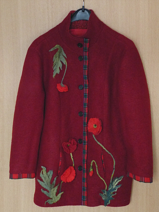 Walkjacke mit gefilzten Mohnblüten – A Wool Jacket with Felted Poppies