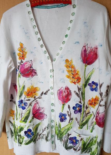 Bemaltes Jäckchen mit Frühlingsblumen – Handpainted Cardigan With SpringFlowers