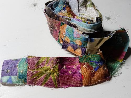 Resteverwertung: Geschenkbänder aus der Nähmaschine – Gift Ribbons FromScraps